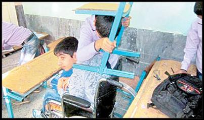 شاید تنها اقدام آموزشی که در مدارس کشور انجام میشود تا دانشآموزان را برای مواجهه با حوادث غیرمترقبه آماده کند، برگزاری گاهبهگاه مانور زلزله باشد. کاربران فضای مجازی، تجربهها و نظرات خود را درباره این موضوع با دیگران به اشتراک گذاشتهاند. «حسام فاطمی» با به اشتراک گذاشتن عکس زیر نوشته است: «این پسر نوجوان در مانور زلزله، صندلی را برای دوست معلولش بلند کرده است تا از او محافظت کند. به جرأت میتوانم بگویم هیچ دولتی به اندازه این کودک به فکر معلولان نبوده است که اگر بود ۹۰ […]
