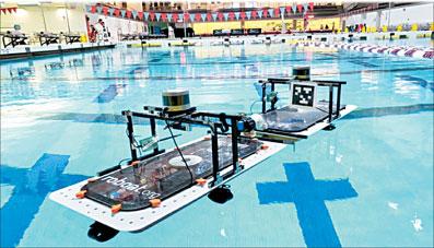 شهر آمستردام در انتظار آینده ای است که در آن ناوگان قایقهای خودران از کانال های آبی آن گذر می کنند تا کالا و مسافران را جا به جا کنند، زباله ها را جمع آوری کنند، تبدیل به صحنه ای شناور برای اجرای برنامه و نمایش شوند یا نقش پل معلق را ایفا کنند. این ها قایق های روباتیکی هستند که مرحله ساخت را می گذرانند. مهندسین مؤسسه فناوری ماساچوست(MIT) قابلیت های تازه ای به قایق های روباتیک خود افزوده اند. حدود یک چهارم سطح آمستردام را آب فرا […]