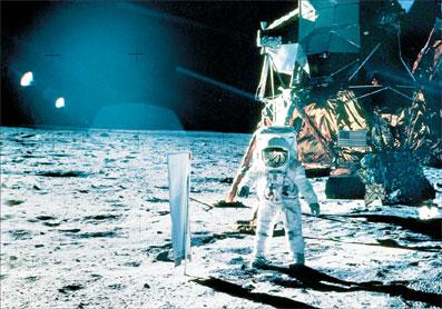 می خواهیم دوباره به ماه برویم! از زمان پایان مأموریت آپولو ۱۷ در سال ۱۹۷۲ تا کنون دیگر هیچ انسانی قدم به ماه نگذاشته است. دهه ها است همه از خود میپرسیم: چرا دیگر سفری به ماه ترتیب داده نشده است؟ مقامات کشورها هم در این مدت فقط گفته اند که در فکر اعزام فضانوردانی به ماه هستند. اما اکنون بار دیگر بازدید از ماه جدی گرفته شده و ناسا در صدد است افرادی را به تنها قمر سیاره زمین گسیل کند. تا پنج سال دیگر فضانوردانی به ماه […]