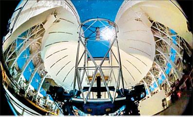 تریتون بزرگ ترین قمر نپتون است، سیاره ای که از نظر بعد فاصله از خورشید در جایگاه هشتم قرار دارد. تریتون تنها قمر بزرگ منظومه شمسی است که مداری پس رونده دارد، بدین معنی که مدار چرخش آن در خلاف جهت چرخش سیاره اش است. این حرکت عجیب بازگو کننده این است که تریتون یک جسم فرانپتونی در کمربند کویپر است، یعنی ناحیه ای که بقایای مواد و اجرام اوایل تاریخ شکل گیری منظومه شمسی در آن انباشته شده اند. به همین دلیل است که ویژگی های مشترکی با […]