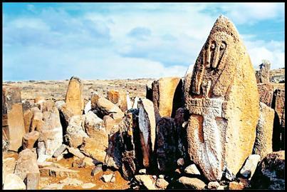 شهریری محوطهای باستانی به وسعت ۴۰۰ هکتار در بخش لاهرود شهرستان مشکین شهر استان اردبیل است. این محوطه شامل ۲۸۰ سنگافراشته باستانی است که دیرینگی آنها بیش از ۶۰۰۰سال پیش از میلاد برآورد میشود و قدمت این مناطق به اواخر دوران مفرغ و دوره نوسنگی و مس سنگی و نیز اوایل دوره آهن برمی گردد. ارتفاع این سنگافراشتهها بین۷۰ تا ۳۶۰ سانتی متر است که اکثراً منقوش به اشکال انسان هستند. طرح انسانهای حک شده بر روی سنگها به شکل افرادی دست به سینه و معمولاً بدون دهان است […]
